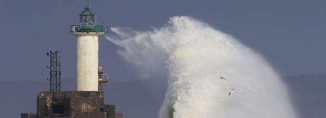 Une mer démontée et des vents atteignant 100 km/h ont pu être observés au phare de Boulogne-sur-Mer, dimanche.