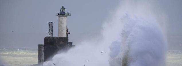 De violentes vagues s'abattaient sur le phare de Boulogne-sur-Mer, dimanche.
