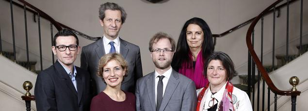 La présidente de la Fondation Bettencourt Schueller (en haut à droite), le DG Olivier Brault et les lauréats des Coups d'élan 2015 à l'Institut de France.