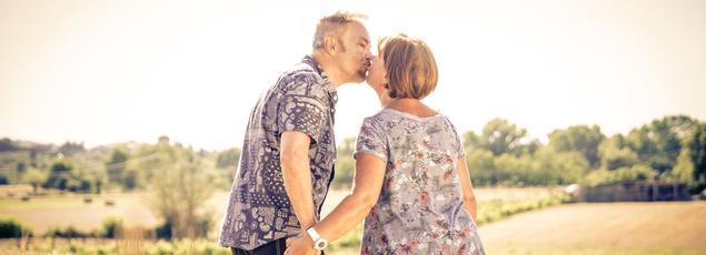 Un couple en train de s'embrasser. Photo d'illustration.