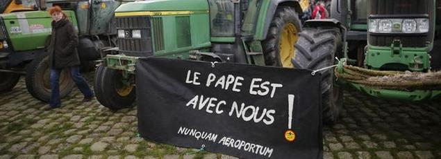 Des agriculteurs menacés d'expulsion sur le site prévu pour l'aéroport Notre-Dame-des-Landes manifestent à Nantes, le 13 janvier 2016.