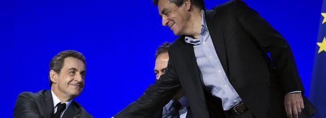 François Fillon (à droite) salue Nicolas Sarkozy, samedi, lors du Conseil national des Républicains.