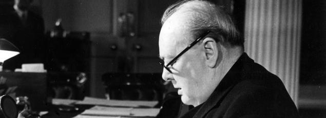 Winston Churchill lisant le message de la victoire le 8 mai 1945, dans son bureau de Downing Street à Londres.