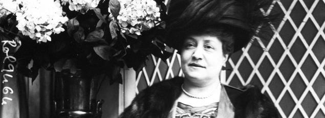 En décembre 1897, Marguerite Durand fonde le journal La Fronde, un journal uniquement rédigé et fabriqué par des femmes: des intellectuelles, des avocates, et des institutrices.