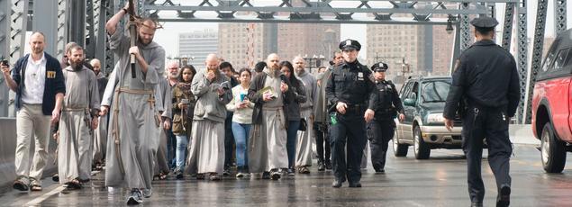 Chaque Vendredi saint, les frères mènent un chemin de croix dans les rues de New York pour commémorer la Passion du Christ.