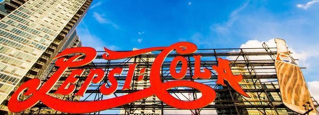Au bord de l'East River, l'immense enseigne lumineuse de Pepsi -Cola.