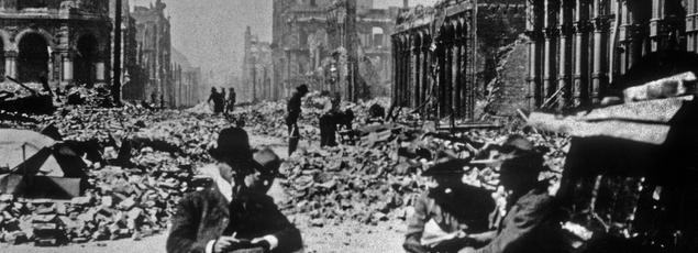 Après le tremblement de terre du 18 avril 1906, des hommes d'affaires se réunissent dans les rues totalement dévastées de San Francisco.