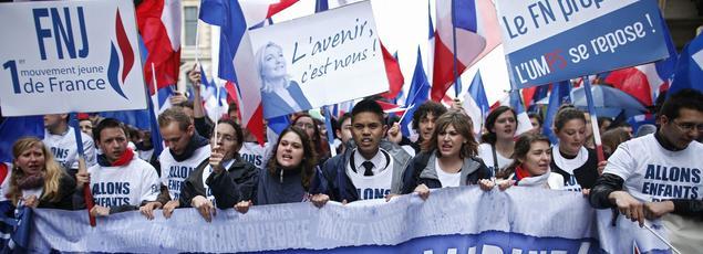 Des militants FN défilent pour un «avenir bleu Marine».
