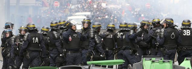 Rangée de CRS devant des manifestants jeudi.