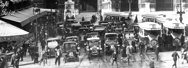 Circulation place de l'Opéra à Paris vers 1925.