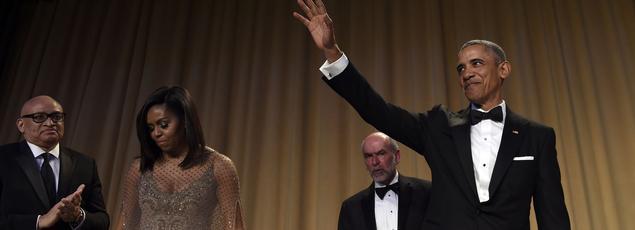 Michelle Obama, le comique Larry Wilmore, le journaliste Larry Seib et Barack Obama, prennent place à la table d'honneur.