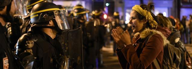 Les manifestants ont mis le feu à des objets place de la République, dimanche soir, notamment à l'entrée de la station de métro.