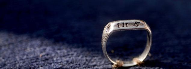 «Revenu en France, après six siècles d'exil, l'anneau de Jeanne d'Arc va finalement rester au Puy du Fou», a annoncé Nicolas de Villiers.