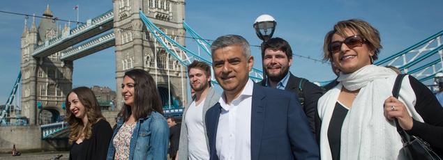 Le nouveau maire de Londres, Sadiq Khan, avec sa femme Saadiya et l'équipe de campagne, sur le chemin de l'hôtel de ville, vendredi.