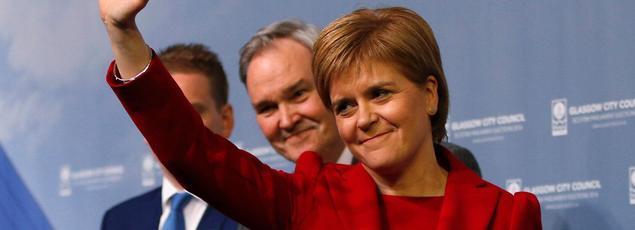 La dirigeante du Parti nationale écossais Nicola Surgeon, salue ses partisans à Glasgow, le 6 mai.