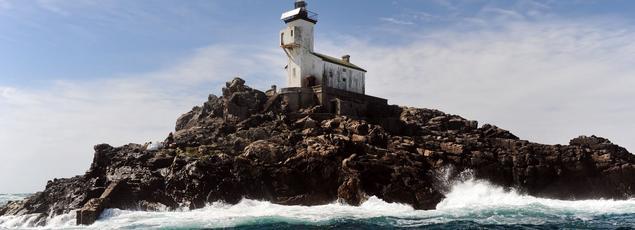 Le phare de Tévennec a été allumé en 1875 pour alerter sur cette zone à risque au large du Finistère.