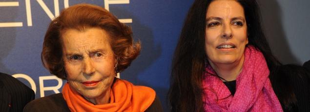 Liliane Bettencourt et sa fille lors d'une cérémonie de l'Oréal à l'Unesco à Paris, en 2011.