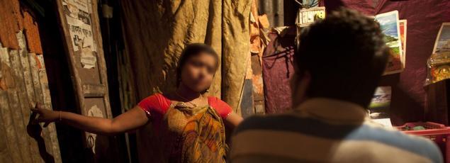 Une jeune prostituée de 17 ans parle avec un client à Tangail, au nord-est du Bangladesh. Photo d'illustration.