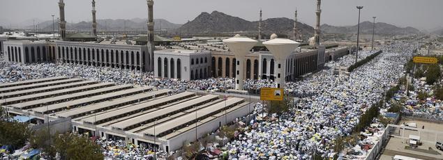 Des pèlerins musulmans se rassemblent pour la prière de la mi-journée, à la mosquée Namira, au sud-est de la Mecque, le 23 septembre 2015.