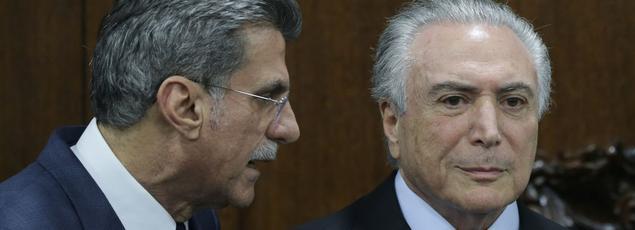Le président Michel Temer (à droite) s'entretient avec Romero Juca, mardi à Brasilia.