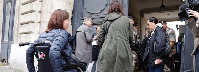 Les parties civiles arrivent à l'École militaire pour rencontrer les juges d'instruction antiterroristes, mardi à Paris.