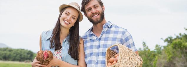 Pour le parrainage de l'achat des gallinacés sur Internet, les donateurs peuvent recevoir des boîtes d'œufs bio, des paquets de pâtes maison, ou bien… une poule vivante.