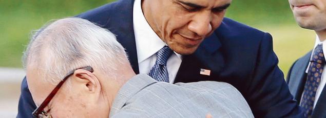 Barack Obama enlace Shigeaki Mori, un «hibakusha» (victime de l'arme atomique), vendredi au Parc du Mémorial de la paix, à Hiroshima.
