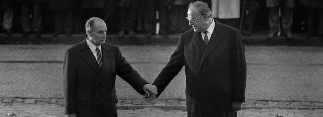 Le président français, François Mitterrand, et le chancelier allemand, Helmut Kohl, se recueillent main dans la main à Verdun, en 1984, en mémoire des victimes de la Première Guerre mondiale.