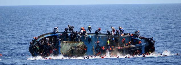 Plusieurs dizaines de personnes ont disparuet cinq cadavres ont été récupérés mercredi quand un bâteau de pêche chargé de 550migrants a chaviré, alors que la frégate italienne Bergamini leur prêtait assistance.