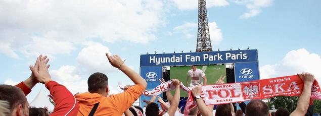 Des supporteurs polonais encouragent leur équipe depuis le fan park de Paris, installé près de la Tour Eiffel, lors de l'Euro 2012.