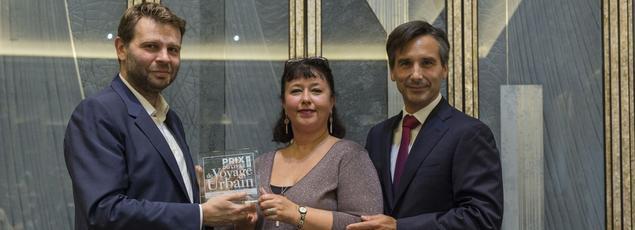 De gauche à droite: Jean-Christophe Buisson, directeur adjoint du Figaro Magazine, Sophie Bajard, éditrice du lauréat du prix, Charles King, et Nicolas Béliard, directeur de l'hôtel The Peninsula Paris.