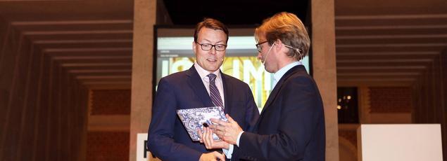 Le futur nouveau directeur du prestigieux Rijksmuseum d'Amsterdam présente au prince Constantin le projet du Rijksstudio, le nouveau site Web du musée. Son succès public est pour beaucoup dans sa nomination.