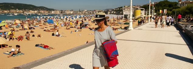 L'Espagne (ici la plage de d'Ondarreta à San Sebastian) est la première destination de vacances des Français qui ne partent pas en France cet été.