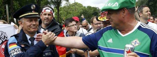 Un supporter irlandais salue un policier allemand le 21 juin.