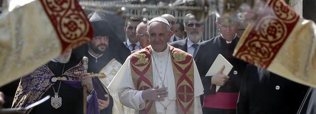 Le pape François, à son arrivée vendredi à la cathédrale apostolique d'Etchmiadzin, à Erevan, en Arménie.