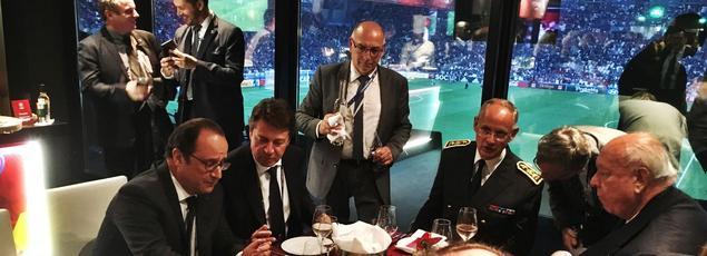 Le 15juin dernier à Marseille, en marge du match de l'Euro 2016 France-Albanie, François Hollande reprend des forces dans la loge présidentielle en compagnie de Christian Estrosi (à ses côtés), patron de la Région Paca, et de Jean-Claude Gaudin (en face), maire de la ville.
