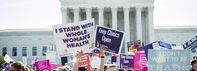 Des défenseurs de l'avortement devant la Cour suprême lundi 27 juin.