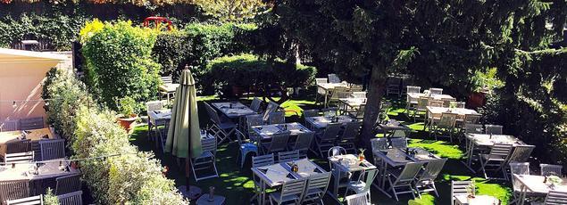 Sur la pelouse, les tables d'Il Caravaggio où l'on sert une belle et joyeuse cuisine italienne.