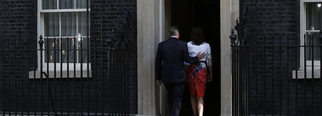 À 8 h 15 vendredi matin, David Cameron et sa femme, Samantha, rentrent dans leur résidence du 10 Downing Street, après que le premier ministre a annoncé sa future démission, conséquence du résultat du vote.