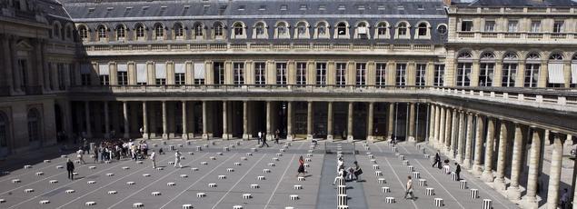 L'œuvre «Les Deux Plateaux» de l'artiste français Daniel Buren, est érigée dans la cour du Palais-Royal à Paris en 1986. Elle est plus communément appelée «Les colonnes de Buren».