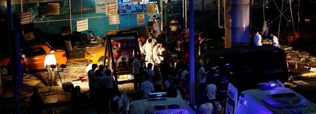 Les experts de la police turque investissent l'aéroport pour relever des indices sur le triple attentat.