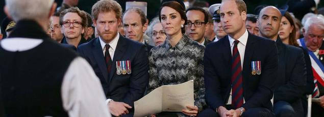 Le prince Harry, Kate Middleton et le prince William hier soir au mémorial de Thiepval, dans la Somme.