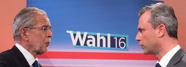 Le candidat écologiste indépendant Alexander Van der Bellen et son adversaire d'extrême-droite Nobert Hofer se faisant face à la télévision autrichienne, le 22 mai.