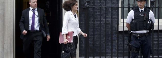 La secrétaire d'État à l'Irlande du Nord dans le gouvernement britannique, Theresa Villiers (ici le 27 juin après une réunion au 10 Downing Street), réfute l'idée du retour d'une frontière physique avec check-points entre le nord et le sud de l'Irlande.