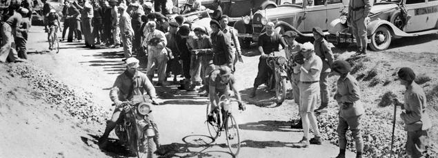 Le cycliste belge Sylvère Maes suivi du français Antonin Magne au col de l'Izoard dans les Alpes le 16 juillet 1936 quelques jours avant de s'attaquer étapes pyrénéennes. Maes sera premier au classement final, Magne deuxième.