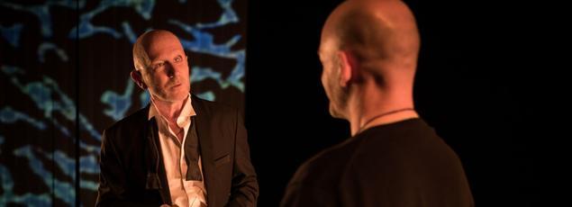 Yann Collette et l'écrivain Fabio Alessandrini (de dos) dans «Kaïros».