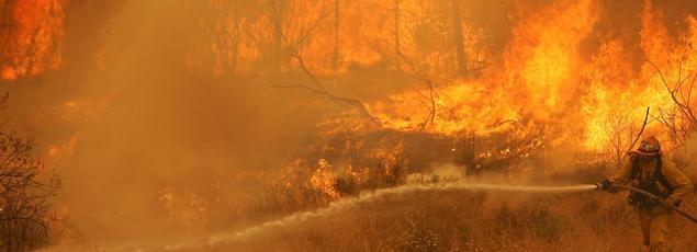 Un pompier lutte contre le «Sand Fire» en Californie, dimanche.