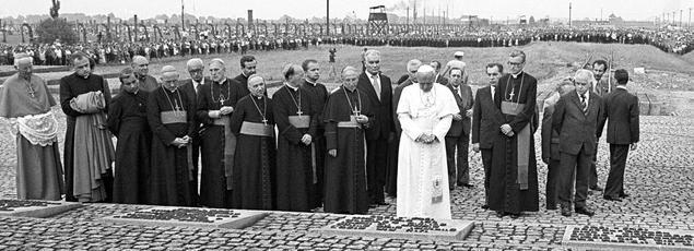 Le 7 juin 1979, le pape Jean-Paul II prie devant le mémorial des victimes de l'holocauste dans l'ancien camp d'extermination nazi d'Auschwitz-Birkenau.