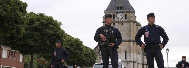 Trois jours après l'assassinat d'un prêtre dans une église en France, l'enquête pour cerner l'environnement des deux tueurs a progressé.