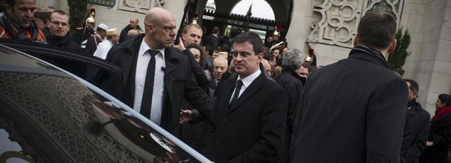Manuel Valls regagne sa voiture après une visite à la Grande mosquée de Paris en février 2014.